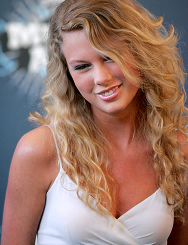 taylor swift ugly teeth. Not very zombie-like at all.